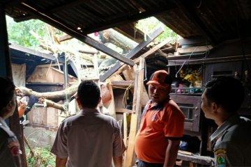51 rumah rusak di Karawang disapu angin puting beliung
