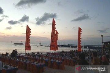 Makan malam romantis bermenu seafood di Pantai Jimbaran Bali