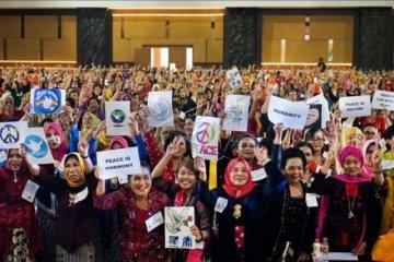 Wanita berkebaya pecahkan rekor dunia