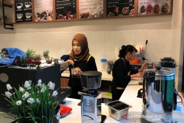 Penyandang tunanetra merasa senang jadi barista di Cafe More Wyata Guna