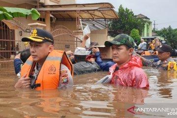 Kapolres Bekasi pimpin evakuasi korban banjir
