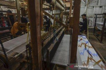 Produksi tenun sutra tradisional