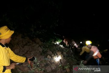 Jalan Cikadu-Ciwidey dapat dilalui kembali setelah longsoran disingkirkan