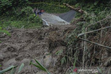 Dua desa terisolir akibat tanah longsor