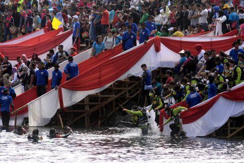 Bendera raksasa siap berkibar di Jembatan Kapuas