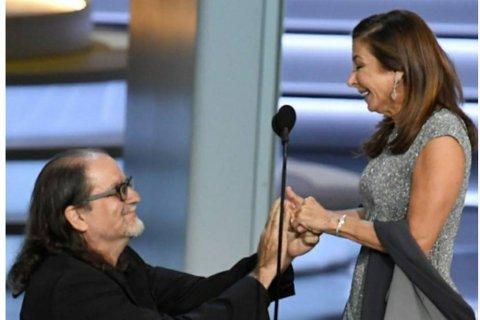 Sutradara ini lamar kekasihnya saat raih piala Emmy Awards 2018