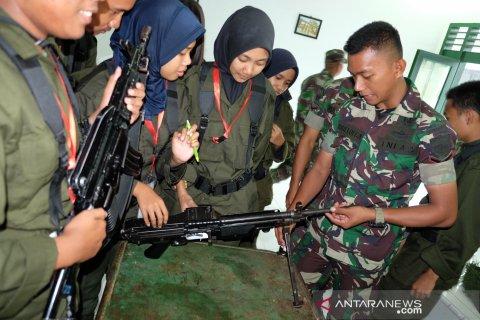 Peserta SMN PTPN IV asal Sulteng lihat senjata di Yonkav