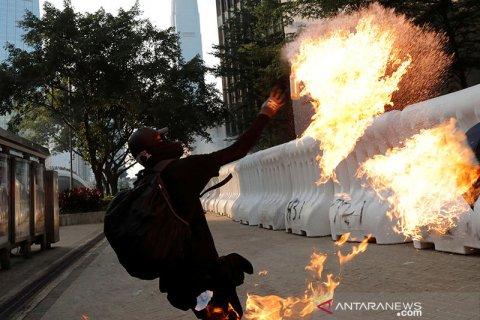 Pengunjuk rasa Hong Kong  dan polisi bentrok