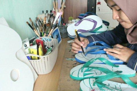 Anak muda ini ciptakan peluang bisnis dari mengukir sandal jepit