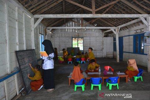 Siswa TK belajar di rumah warga