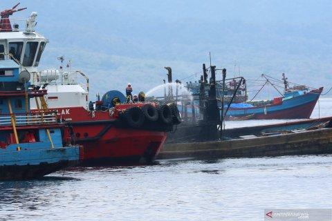 Kapal ikan terbakar di selat Bali