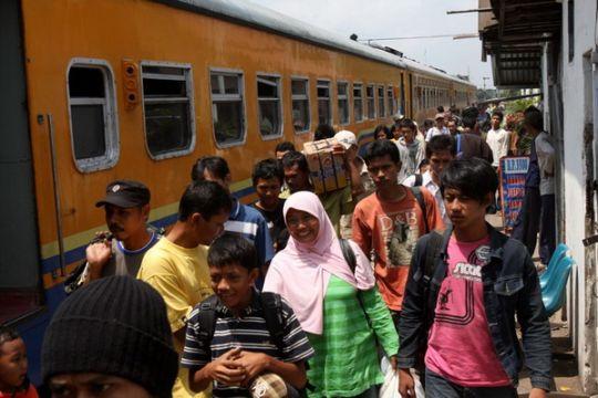 Sembilan kereta api Jateng harus memutar karena longsor