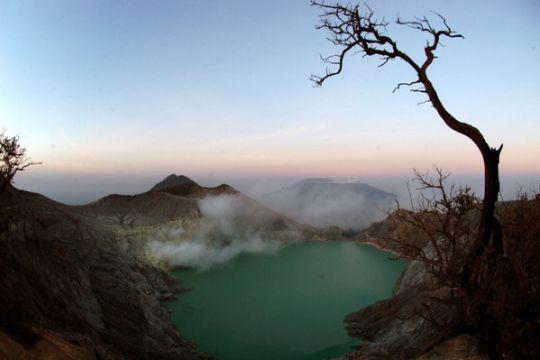 Kawah Gunung Ijen keluarkan gas beracun, sejumlah warga dibawa ke puskesmas