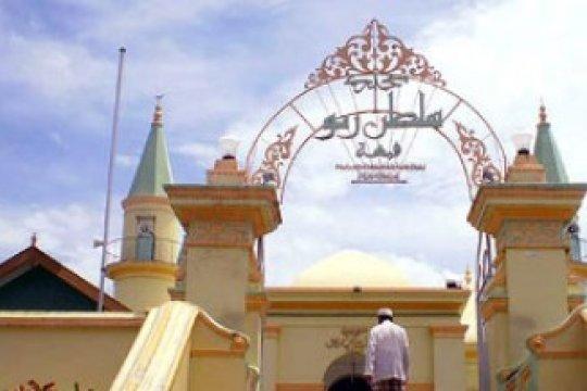 Warga buka puasa di masjid bersejarah Pulau Penyengat