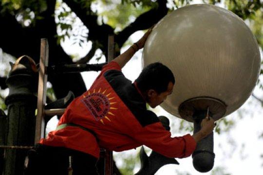 Selama PSBB, lampu jalanan di Jakarta diredupkan