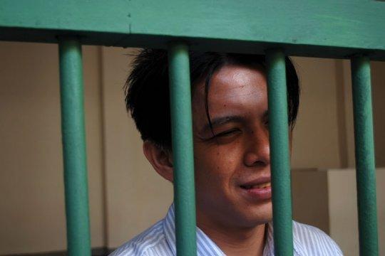 Massa Hadang Mobil Tahanan Ariel Peterpan