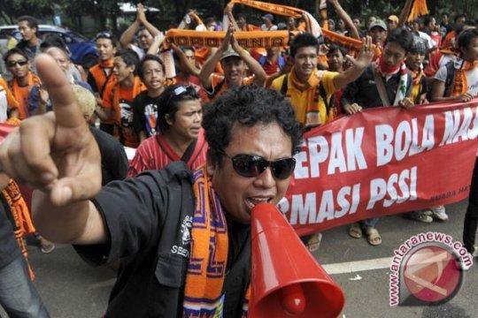 Revolusi Lapangan Hijau Ala Pecinta Bola Indonesia