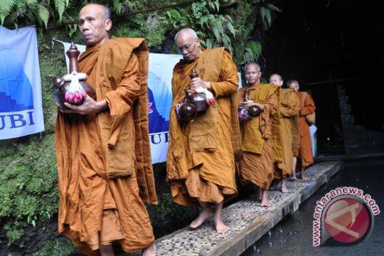 Air Suci Waisak Disemayamkan di Borobudur
