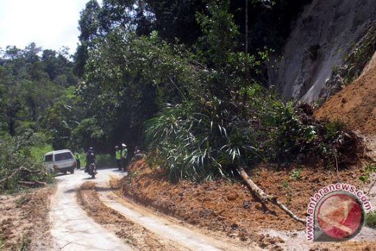 Akses jalan Mandailing Natal yang sempat tertutup longsor mulai bisa dilintasi