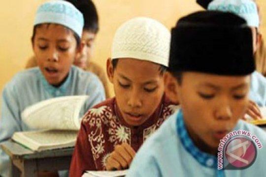Umat Muslim Aceh Gemari Peci Lokal