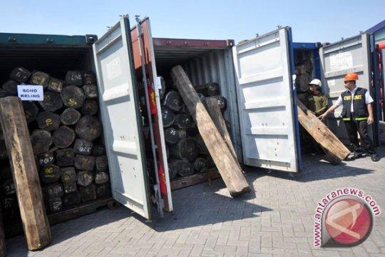 Polres Tanjung Perak sita dua kontainer kayu ilegal