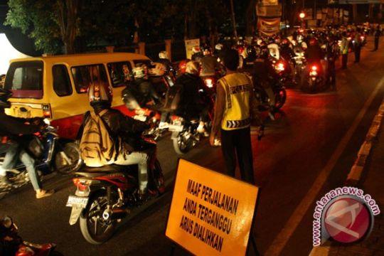 Jalan arteri Karawang menuju Pantura macet total