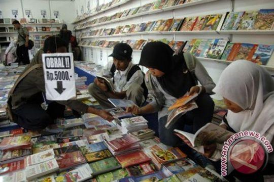 Hari ini, ada obral buku impor dan bazar