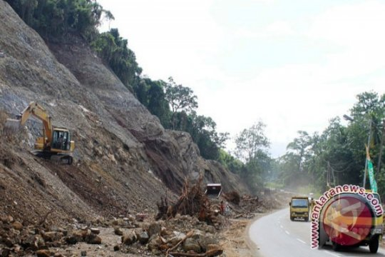 Badan jalan ruas Sentani-Abepura tertutup timbunan material