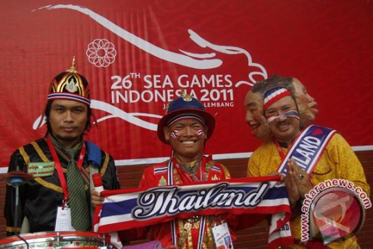 """Penonton berebut berfoto dengan """"talok"""" Thailand"""