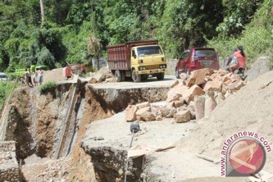 Akses jalan Gorontalo Utara tertutup  longsor