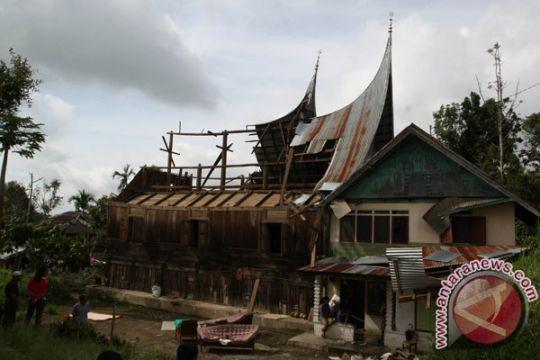 86 rumah di Tanah Datar dirusak angin