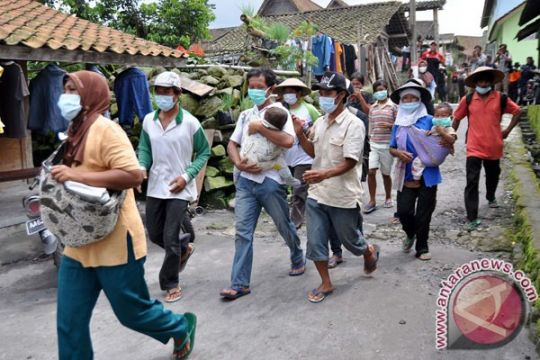 Puluhan warga lereng Merapi di Sleman masih mengungsi