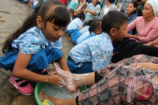 Anak-anak peringati Hari Ibu dengan membasuh kaki ibu