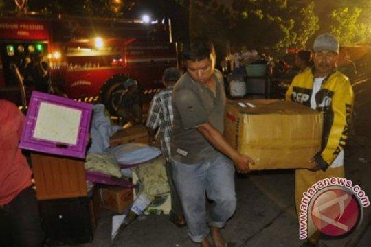Warga korban kebakaran Kelapa Gading tidur di jalur lambat