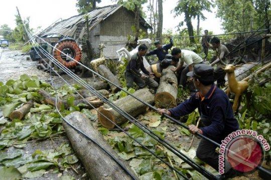 Angin puyuh rusak 16 rumah di Jember