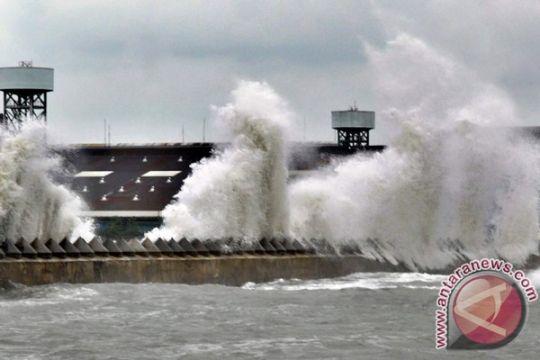 Masyarakat Kotabaru takut lewat laut karena gelombang tinggi