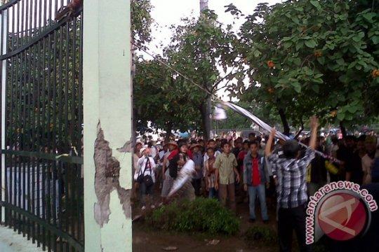 Demonstrasi berubah panas, pagar DPR dijebol