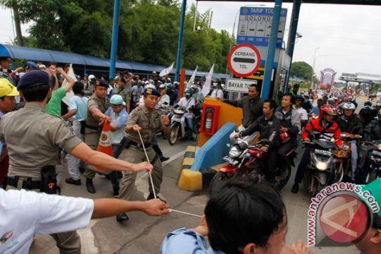 Kendaraan ke Jakarta dialihkan keluar gerbang Karawang