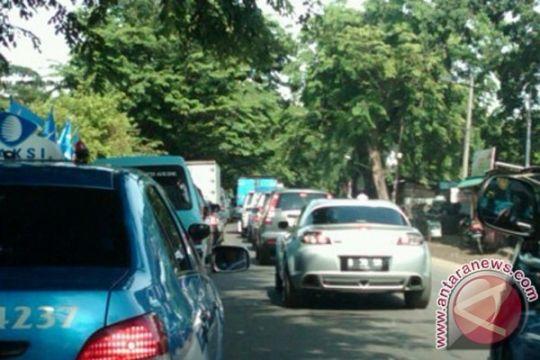 Pengendara memilih keluar tol Jakarta-Cikampek hindari macet