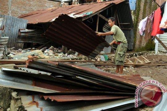 Rumah di Malang roboh diterjang angin kencang