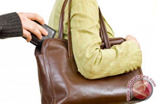 Acungkan pisau, polisi tembak pencopet ponsel milik warga Mesir