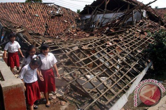 Dua gedung sekolah di sampang ambruk