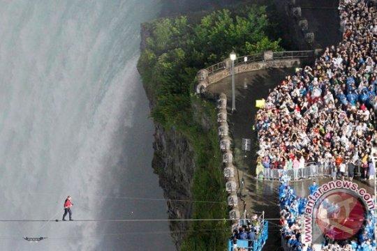 Pria yang tersapu Air Terjun Niagara selamat