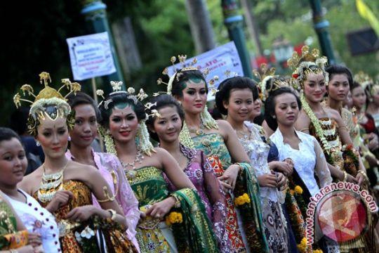 Parade busana pengantin nusantara meriahkan Festival Keraton