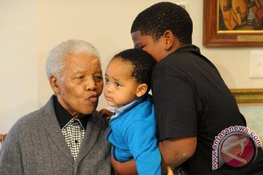 Mandela dirawat di rumah sakit hari yang kesepuluh