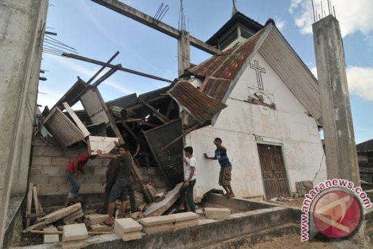 Pemkab Sigi bantu  robohkan rumah korban gempa