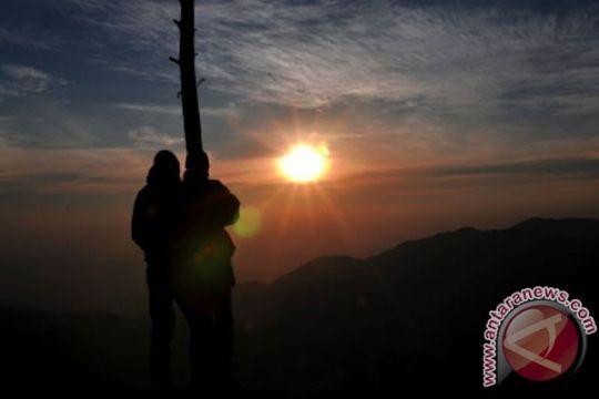 Ratusan wisatawan nikmati matahari terbit di Dieng