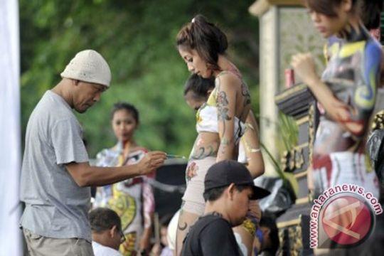 """Kejutan """"body painting"""" tiga pelukis Lampung"""