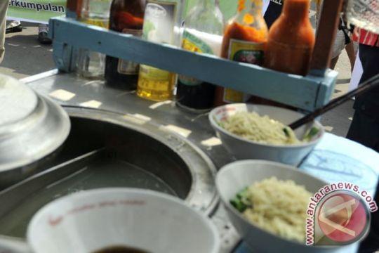 Bupati Purwakarta santap mi ayam bersama warga usai tarawih