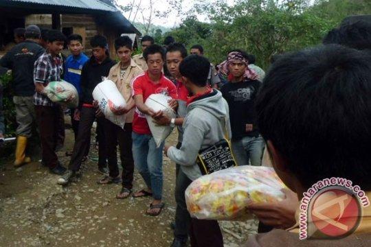 Korban banjir Mamasa-Sulbar mendapat bantuan kesehatan Polres Mamuju